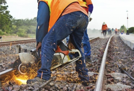 Corte e substituição dum trilho ferroviário