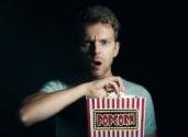 mężczyzna z popcornem