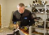 Paul montre comment couper du métal avec une meuleuse d'angle en toute sécurité