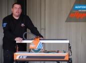 Kevin demonstruje cięcie płytek ściennych przecinarką TR202